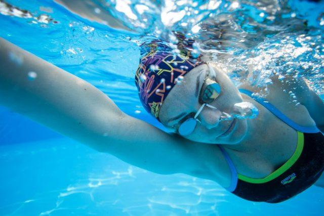 女性が泳ぐ写真