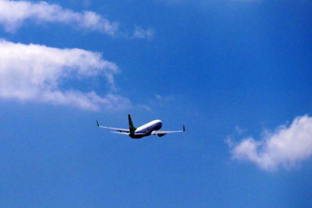 飛行機にのって旅行に出発