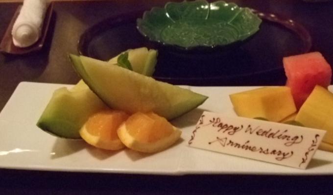 夕食後のデザート、フルーツ盛りにもメッセージプレートが(驚)