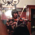 ヴァイオリンを演奏する恩師