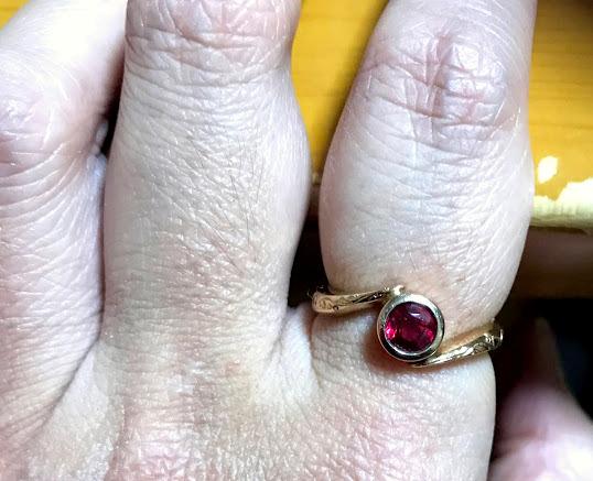 赤い石の指輪